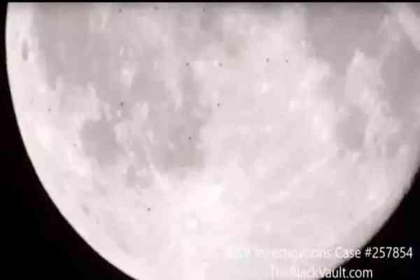意大利天文学家成功拍到38个UFO在月球上飞过的图片