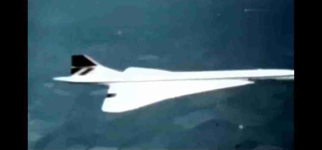 一个银色的球体,从飞机旁滑落,然后又反弹回来,和飞机一起飞行,最后消失。 第2张
