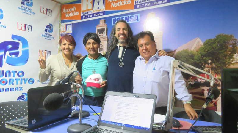 一位有着美丽声音的播音员,在秘鲁安卡什市瓦拉斯市的《安卡什新闻》节目中,采访了秘鲁雷尔运动。 第12张